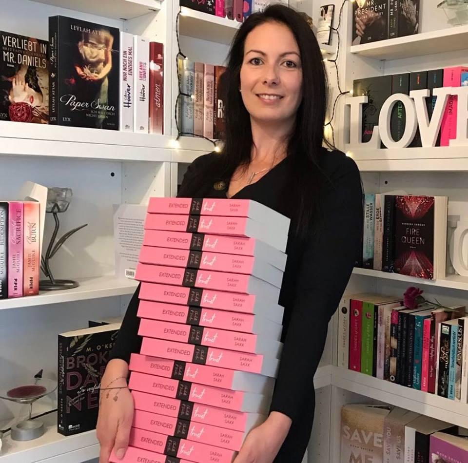 Sarah Saxx mit ihrem neusten Buch