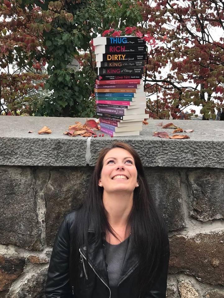 Sarah Saxx mit ihren Büchern