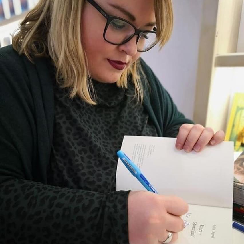 Julia Dippel bei der Signierung